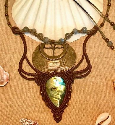 collier de protection en labradorite style macramé, dieu soleil amon ré protecteur et combat les energies négative bouclier énergétique création unique Shahrâm image produit