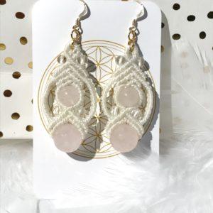 Boucles d'oreilles quartz rose energie du coeur blanches en micro-macramé lithothérapie