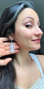 Rosalia Boucles d'oreilles micro-macramé quartz rose pierre rose médecine douce lithothérapie Noellia Chami énergéticienne
