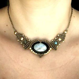 collier pierre de lune labradorite blanche près du cou micro macramé bohémien style boho lithothérapie bijou énergétique